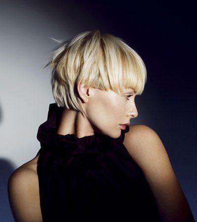 Stylischer Bubischnitt mit blonden Nuancen