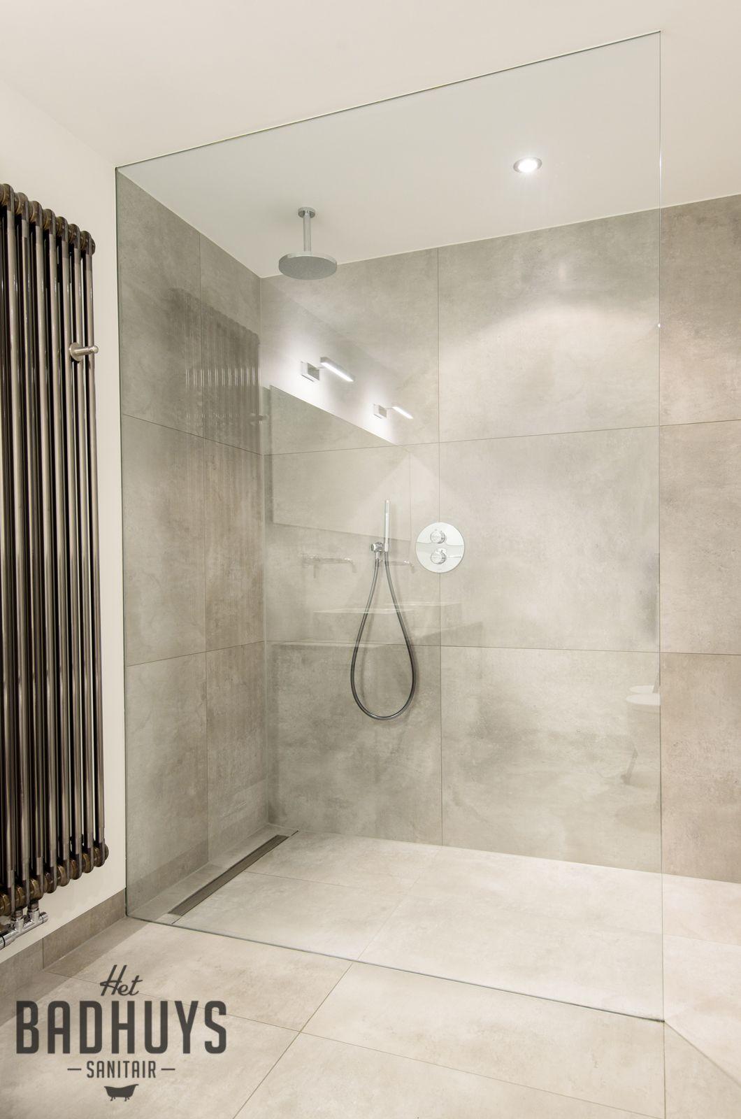 Eigentijdse badkamer met ruime inloopdouche   Het Badhuys   Badkamer ...