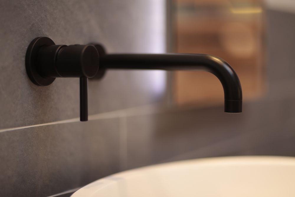 Kleur in de badkamer met de Italiaanse Bongio kranen. Zwarte ...