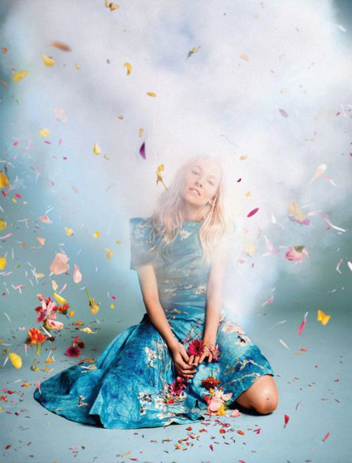 Sienna Miller vestindo Rodarte S / S 2012, fotografada por Ryan McGinley, em abril de 2012 Vogue britânica