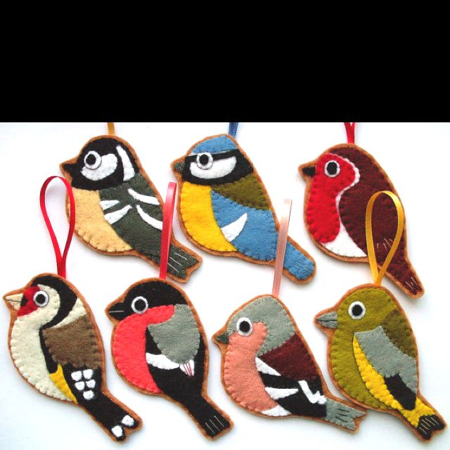 Felt birds for the Christmas tree, or hanging from a gift. LOVE them! Totally my next project.