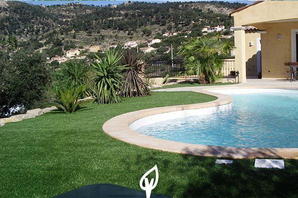 Estupendo #jardín con césped artificial y #piscina para disfrutar