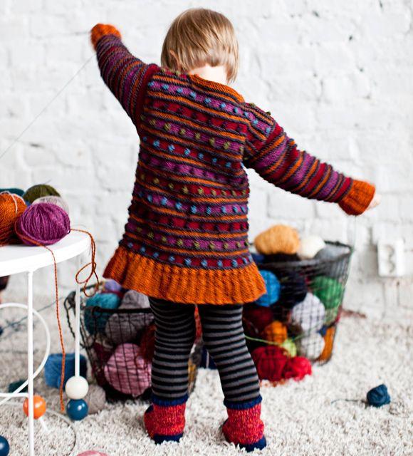 Mistäs väreistä paitani onkaan tehty? Pirkanmaan kotityön Pirkka-langan värikartassa on ylenpalttisesti vaihtoehtoja, 77 väriä. Täplä-tunikaan on valittu hehkuvan muhkeat värit.Malli: Hanna TamminenTo...