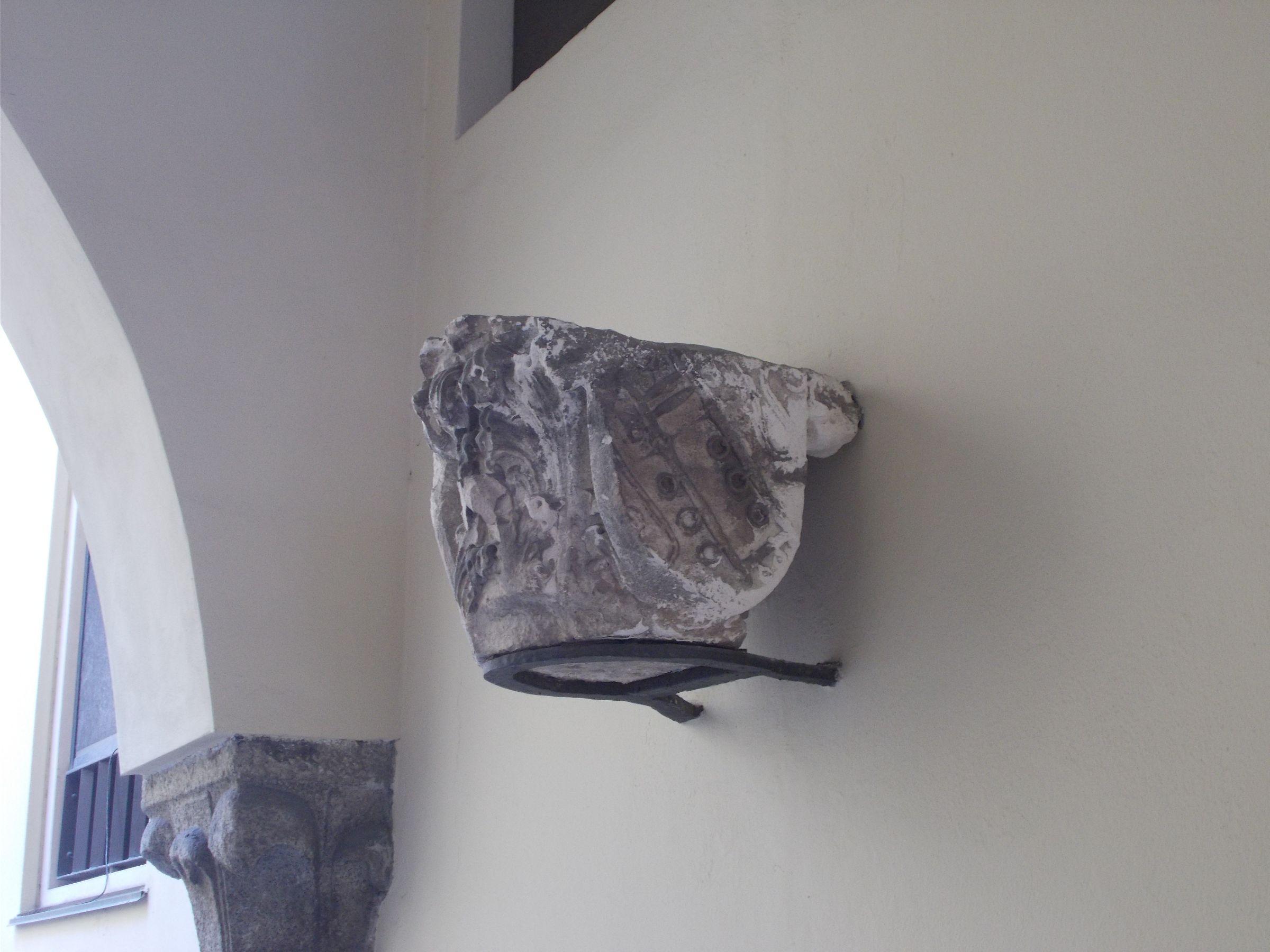 Morso (Borromeo) - Palazzo Borromeo, piazza Borromeo 12, Milano. Capitello di un portico oggi demolito, attualmente collocato nell'androne.
