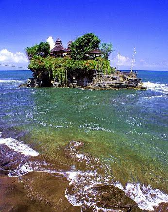 Tanah Lot: Una formación de roca de la isla indonesia de Bali. Es el hogar del templo de peregrinación Pura Tanah Lot, un turista popular e icono cultural para la fotografía y el exotismo general. Fascinante. *