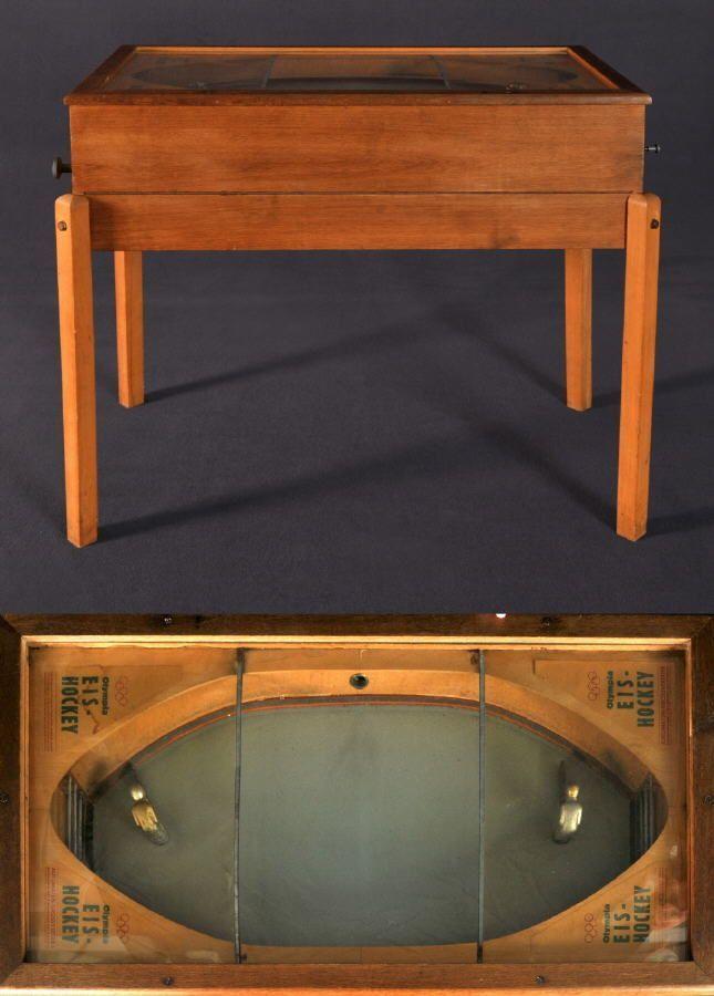 Tischspielautomat - Olympia Eis-Hockey Eiche, auf 4 Füßen, Platte verglast, 2 plast. Spielfiguren mit Drehmechanik, Münzbetrieb mit 5-Pfennig-Einwurf, 97 x 109 x 60 cm, Mitte 20. Jh. Allgäuer Auktionshaus