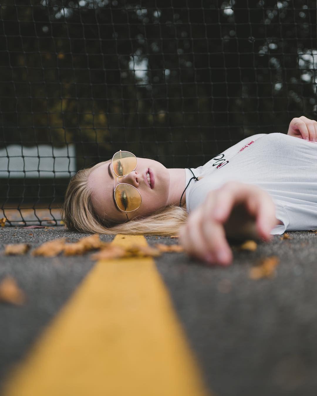 Chica acostada en la calle pretty photography portrait