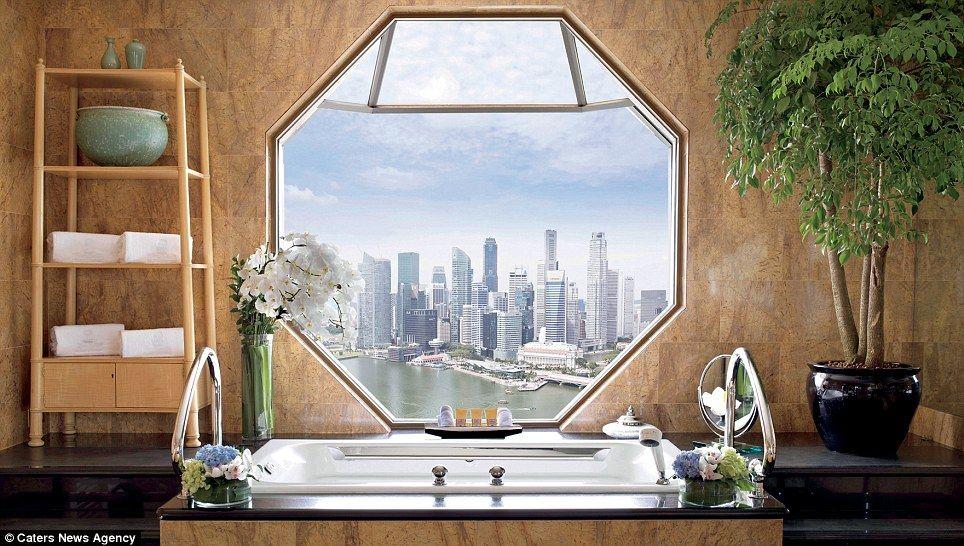 Da banheira do Ritz-Carlton de Cingapura, o skyline da cidade.