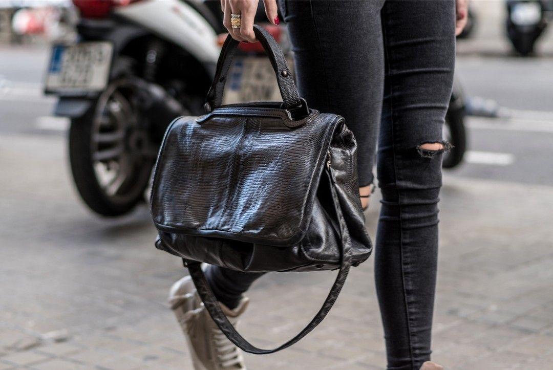 Os presentamos este precioso bolso-maletín apaisado de piel Iguana cada tipo de sombra y gradación del color són características particulares de ésta auténtica artesania hecho i coloreado a mano (handmade washed& colored leather). Tenemos unidades limitadas disponibles asi que no lo dejéis escapar!