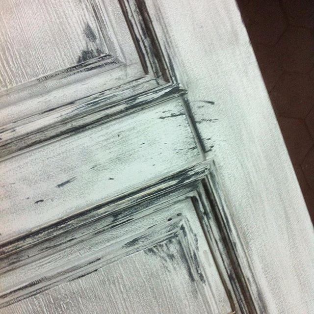 Бабушка надвое сказала, работаем над текстурой состаренной двери из нашей коллекции #лофт для нового заказа в Москве. #дизайндверей #doorsbrothers #loft #двериназаказ