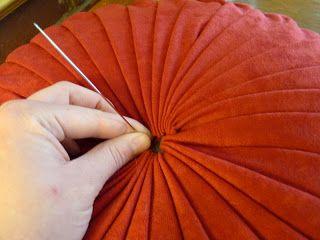 Tutorial How To Make A Round Pintuck Pillow Diy Pillows Sewing Pillows Diy Pillow Covers