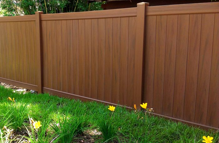 Mocha walnut vinyl fencing factory direct landscaping for Barda de madera para jardin