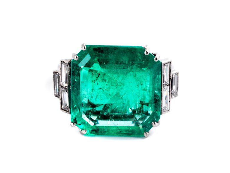 Ringweite: 56/ 57. Gewicht: ca. 9,4 g. Platin. Repräsentativer Ring mit großem, quadratischem Smaragd im Treppenschliff, 12,60 ct, und Diamanten im...