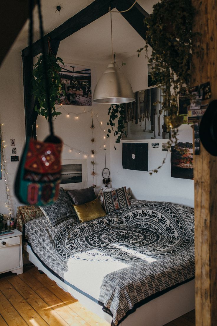 boho bedroom with hanging plants and mixed textiles hippie slaapkamer inrichting hipster huis decor