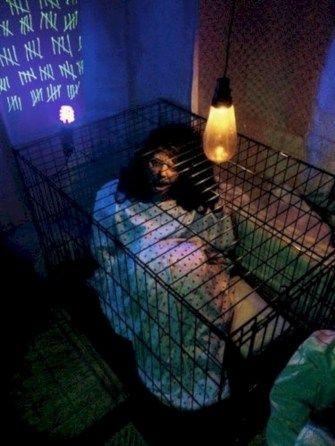 Lovely 42 Scary Halloween Haunted House Decoration Ideas   Trendecor.co