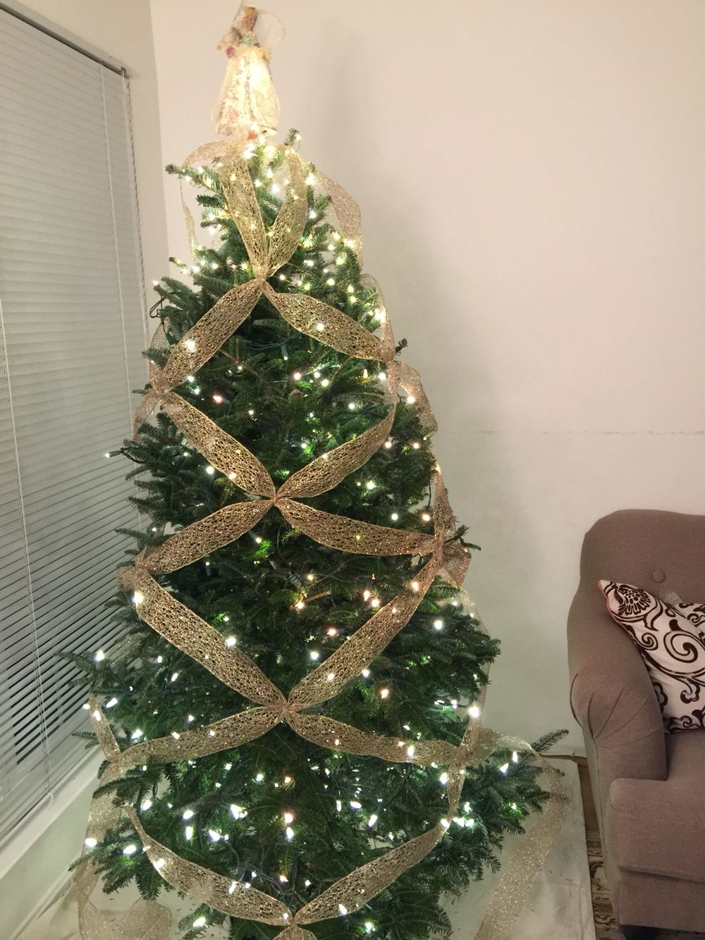 Criss cross ribbon on my tree, love this idea for my decorations. Thanks Pin made me feel great on holiday season:)