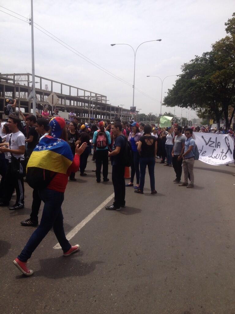 #Anzoategui Estudiantes de la UGMA cierran parcialmente Av. Jorge Rodríguez 11:00am #2A pic.twitter.com/FtGiQ3JGgD Vía @jesusalbino