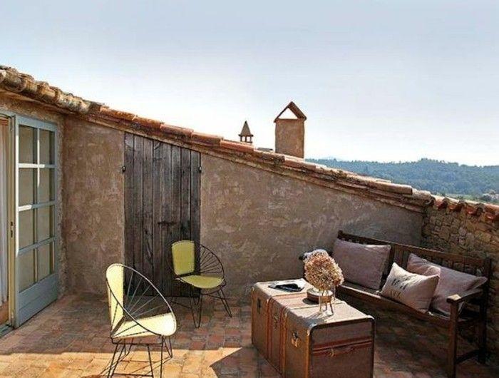 Tropezienne terrasse style méditerranéen chaises en métal malle vintage en guise de table basse