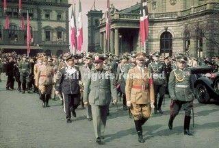benito mussolini foto a sinistra arriva alla stazione ferroviaria di monaco di baviera per la conferenza 1938_wwii
