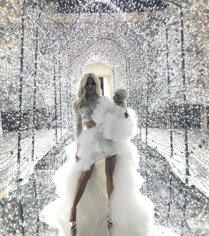 Khloe Kardashian With Her Daughter True Thompson Khloe Kardashian Kardashian Christmas Kardashian Kids