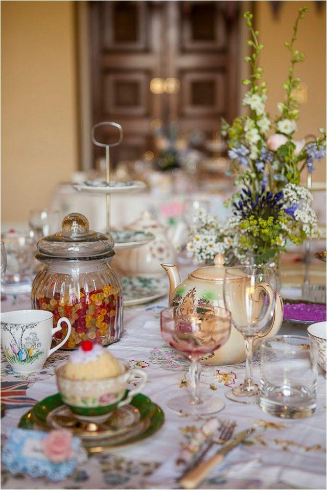 Dekorera med gammalt missmatchat porslin för den rätta sagokänslan. Ett tips är att leta secondhand. [Fairytale wedding decoration idea.] #wedding #bröllop #ecobride