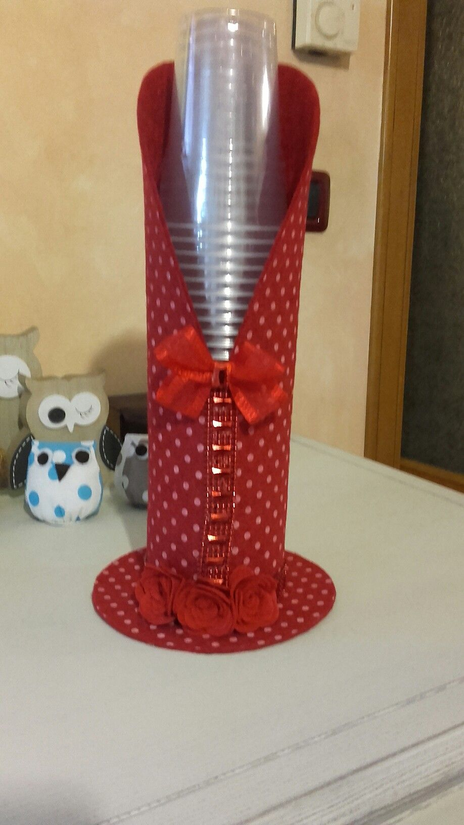 Porta copo descart veis arte em e v a artesanato for Como criar cachamas en tanques plasticos