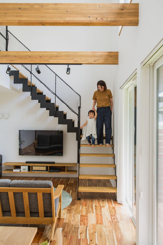 アイアン手摺りが抜け感をつくるリビング階段 ルポハウス 設計事務
