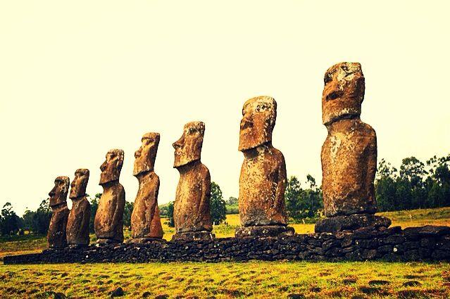 enormes estatuas conocidas como Moai, en Isla de Pascua, de la cultura ancestral de la etnia Rapanui.