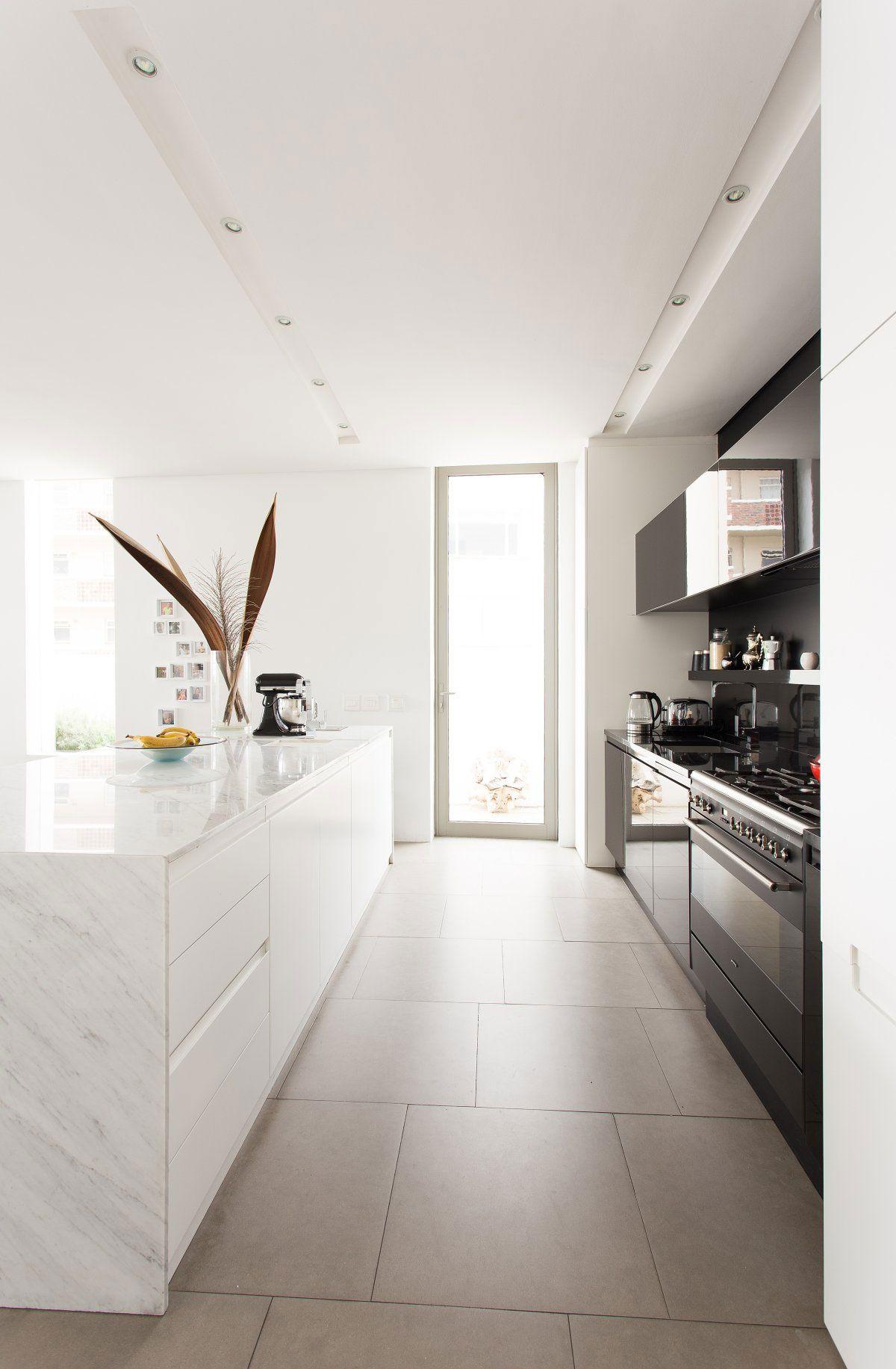 Cucina Bianca E Nera idea cucina bianca e nera con illuminzione a faretti