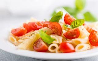 Ensalada fresca de pasta, tomates, rúcula y mozzarella - Bife de chorizo entero con panqueques - Copón Balcarce