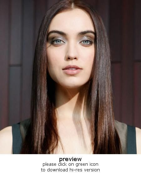 70 S Middle Part And Straight Hair By Ted Gibson Rachel Roy Beauty Background Beauty Runway Hair