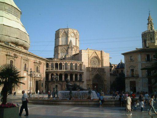 Plaza de la Virgen, al fondo la Catedral