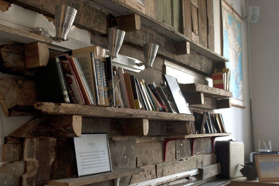 Un lieu délicieusement vintage à Lisbonne Raw wood, Wood shelf and