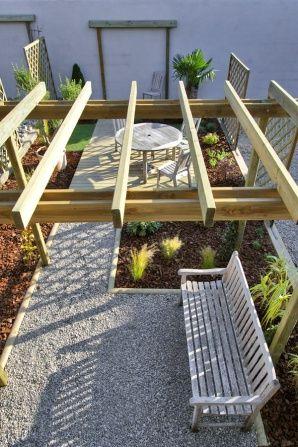 Petit jardin citadin avec pergola en bois decoración Pinterest - terrasse bois sur plots reglables