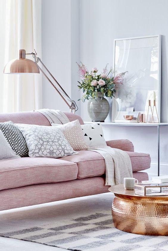 sala de estar con sofá romántica femenina de color rosa suave y acentos de cobre
