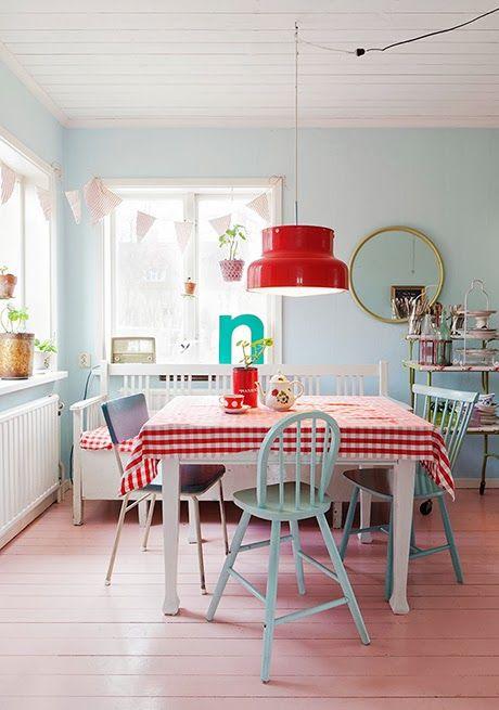 Keltainen talo rannalla: Kaksi värikästä kotia ja keittiö