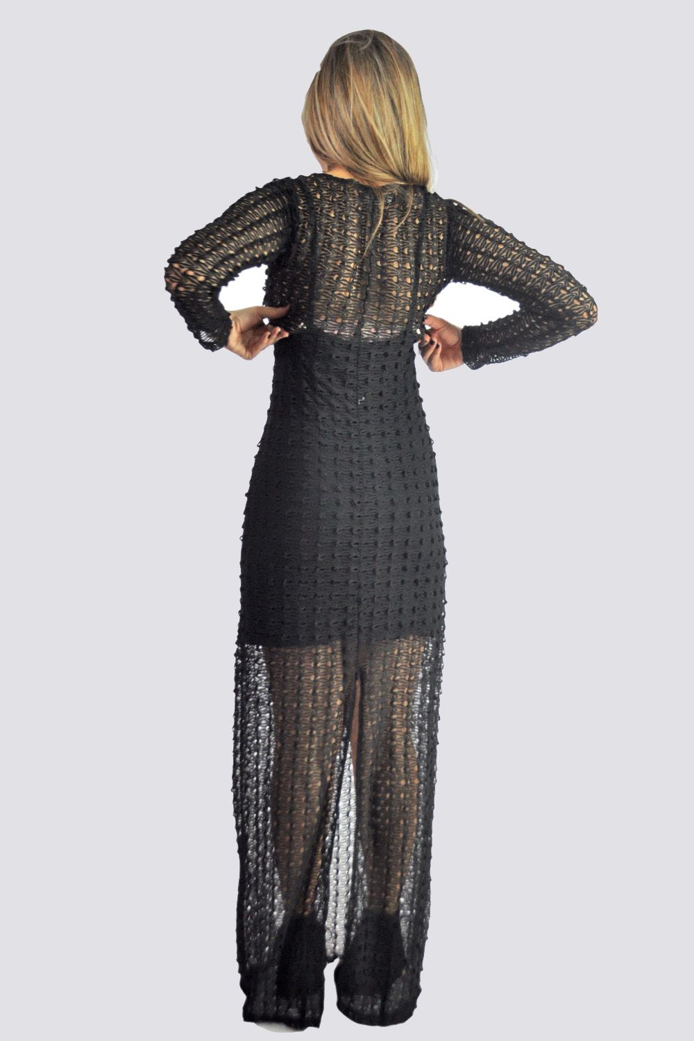 Long black crochet dress, long sleeve. Vestido longo crochet, manga longa.