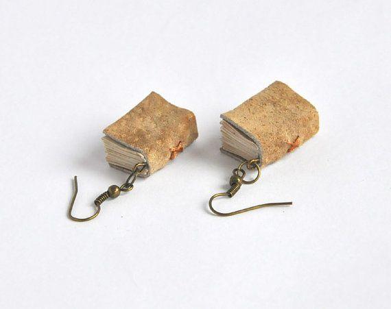 He encontrado este interesante anuncio de Etsy en https://www.etsy.com/es/listing/124609694/books-earrings-mini-book-jewelry-leather
