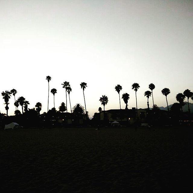 Hoy despido el día con esta foto de Santa Barbara (California)  Es una ciudad con mucho encanto que merece la pena visitar si vais a California✈  Ya ire colgando mas fotos de mi viaje #wanderlust #travel #unitedstates #eastcoast #california #santabarbara #cali #summer #sunset #sunsetphotos #coconuttree #inspiration #goodnight #viajar #inspiracion #atardecer #viajarnoshacelibres #disfrutar #vivirlavida #enjoythelife #packyourthingsandtravel #sunset_vision