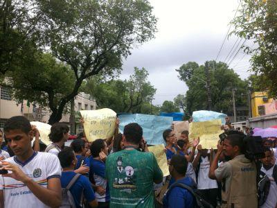 Estudantes de escola estadual realizam protesto, deixando caos no trânsito do Recife  Estudantes da Escola Estadual Santa Paula Frassinete realizam um protesto, na manhã desta segunda (17) pelas ruas do Centro do Recife.    Eles saíram do Espinheiro, onde está localizada a escola, Zona Norte da cidade, percorrendo e bloqueando as principais vias.