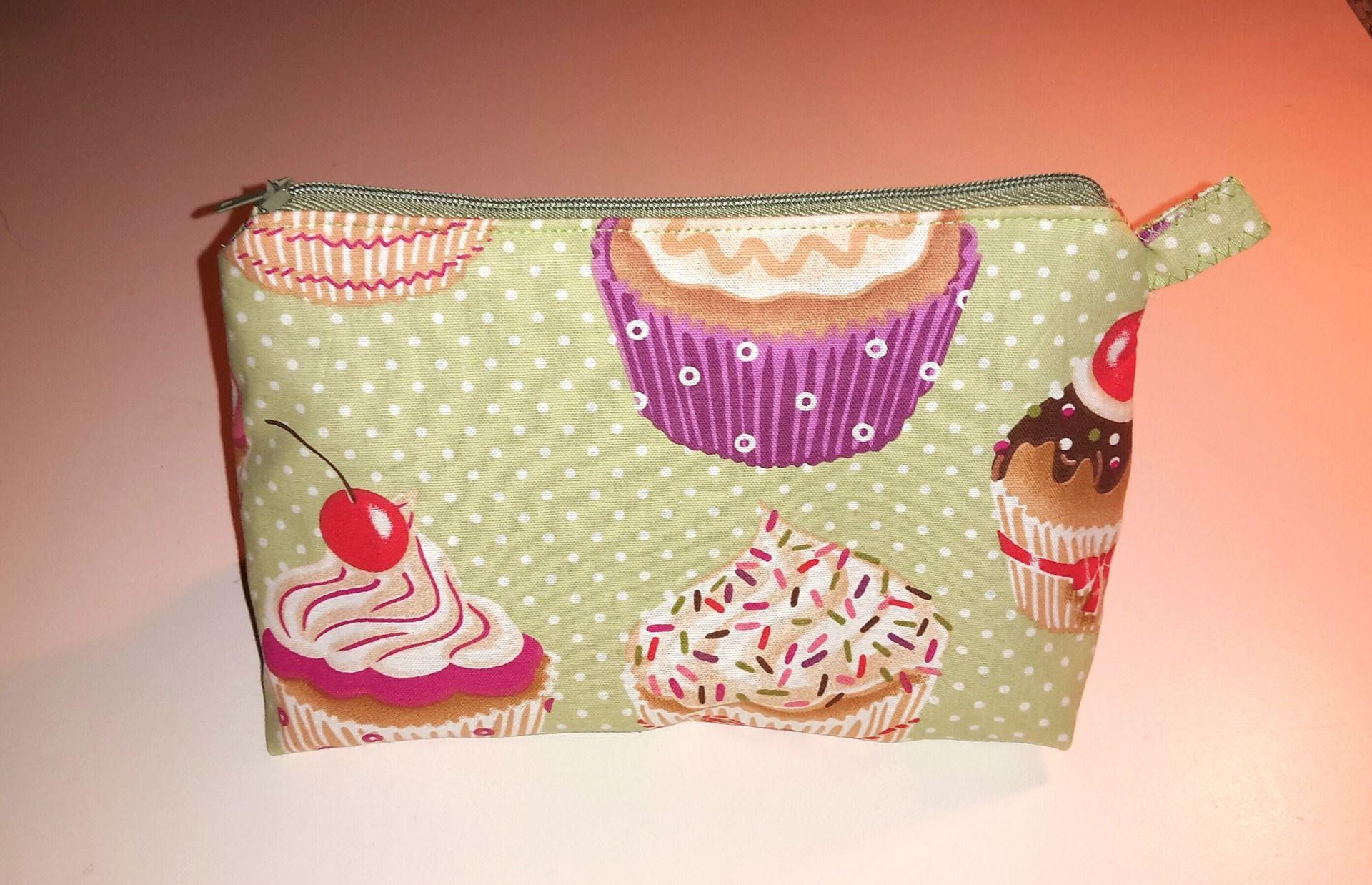 Astuccio makeup in stoffa con cupcakes: Astucci di cipart