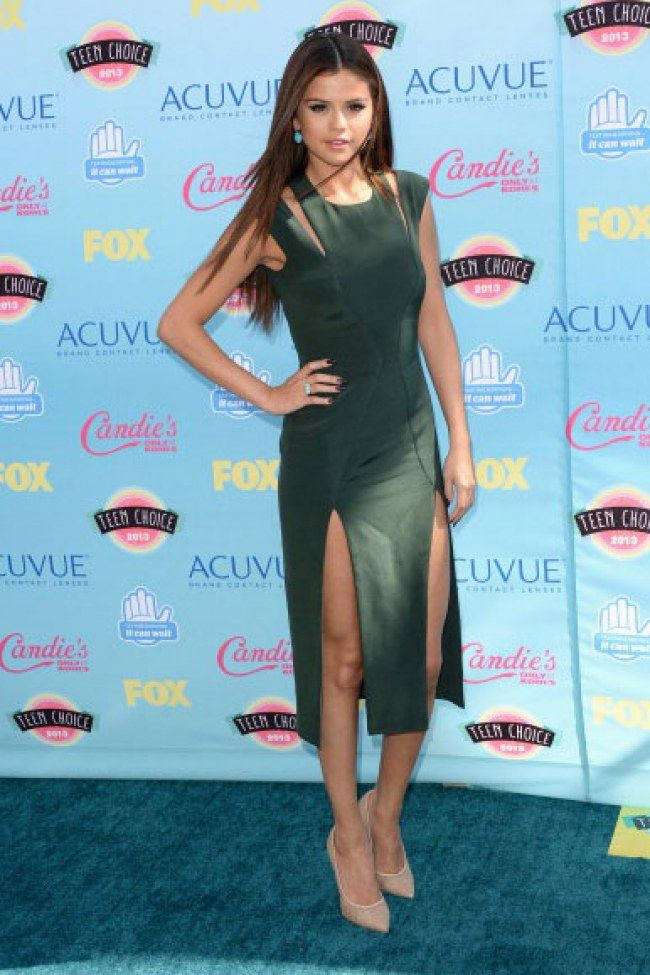 This green is a good colour for Selena Gomez's skin tone. For more ideas click on the picture or visit www.sofeminine.co.uk