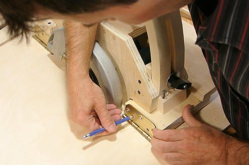 Sierra de mesa casera hecha a partir de una sierra circular