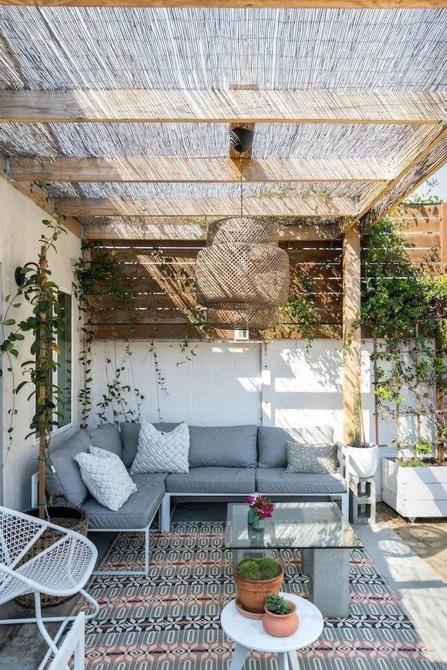 Una Terraza Cubierta Con Un Canisse Una Terraza Cubierta Con Un Canisse Cubierto Canisse In 2020 Rustic Pergola Patio Decor Patio Design