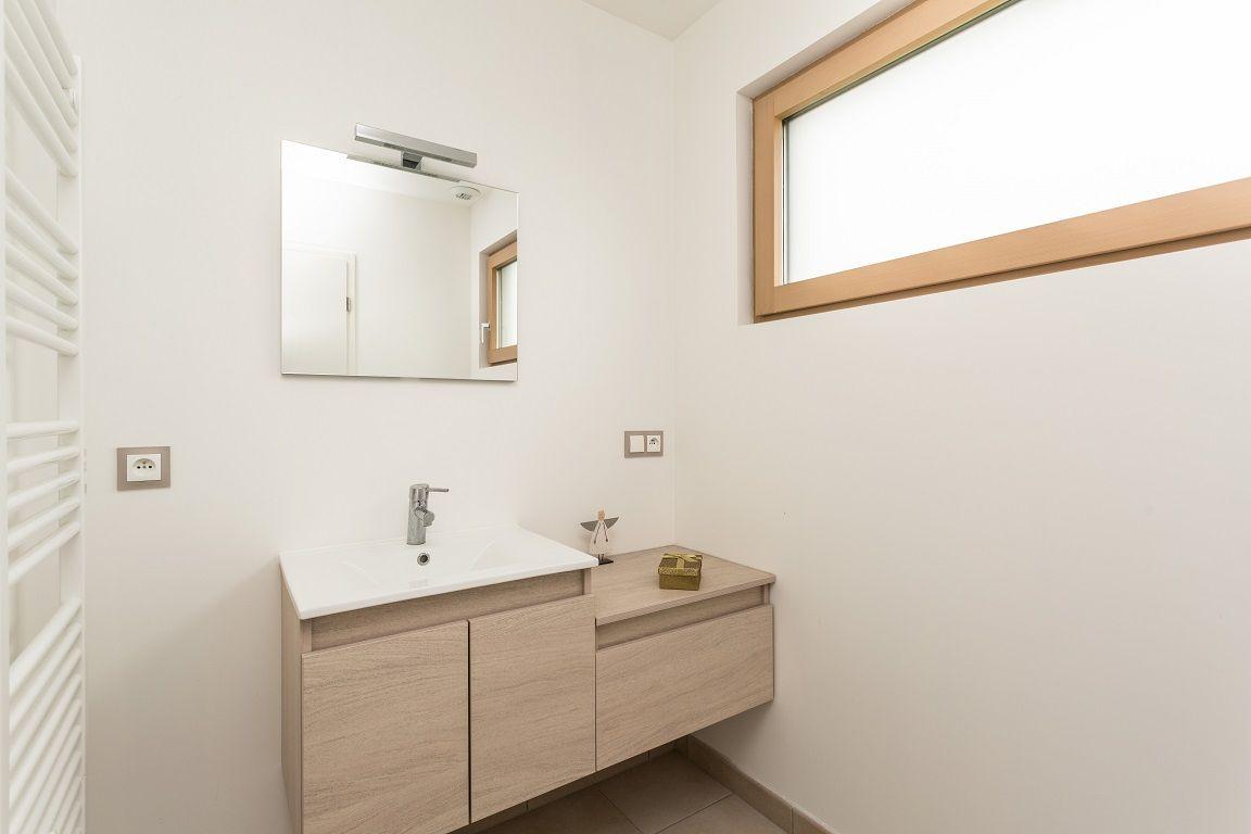 Meuble salle de bain et fenêtre horizontale Terrasse - Maison
