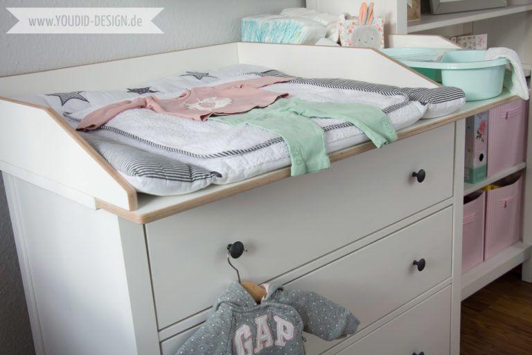 Ein skandinavisches Kinderzimmer und ein Wickelaufsatz für