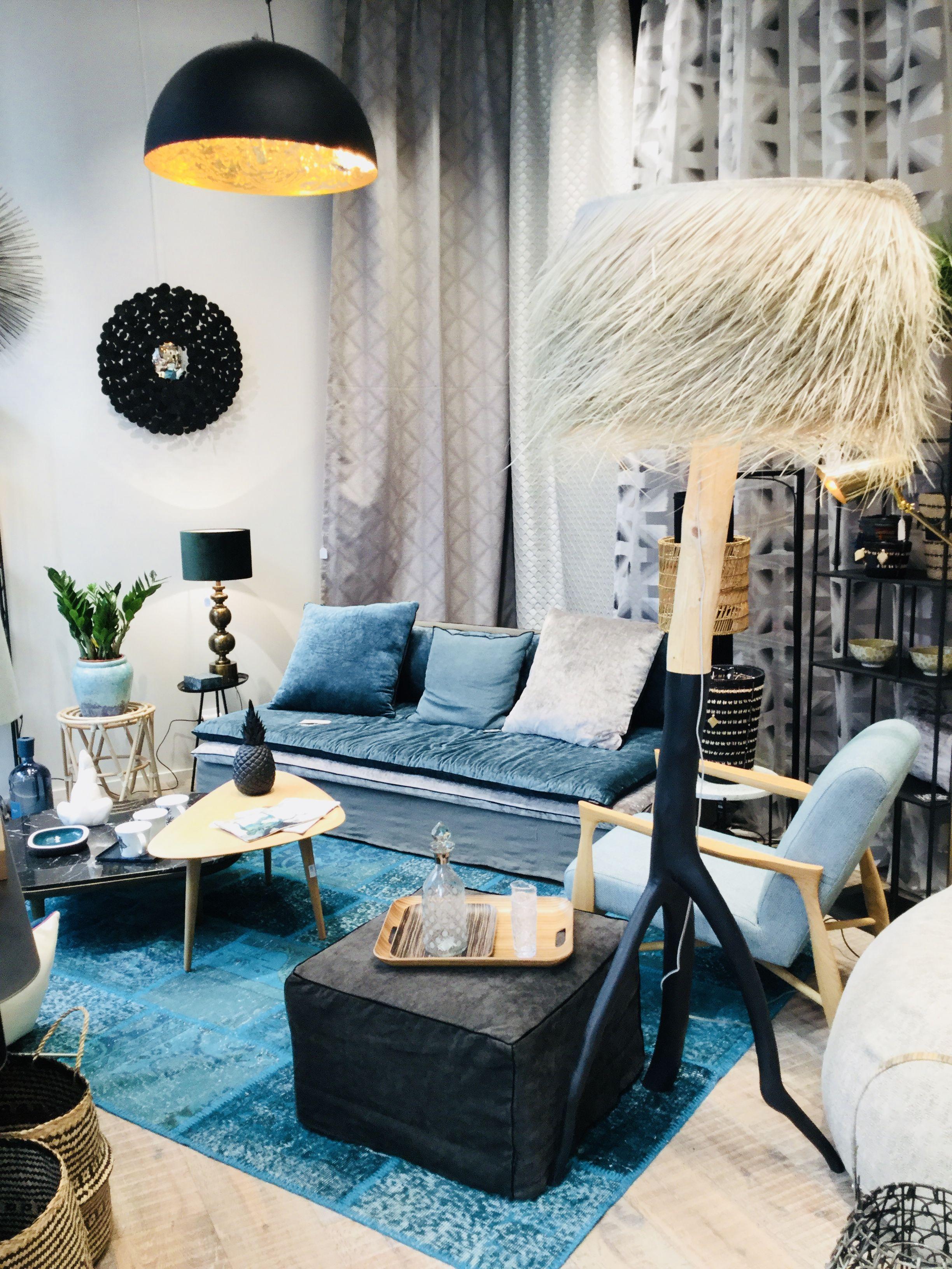 Canape Sur Mesure En Velours Bleu Canard Expose Chez Scene De Vie A Annecy Canape Haut De Gamme Decoration Salon Mobilier De Salon