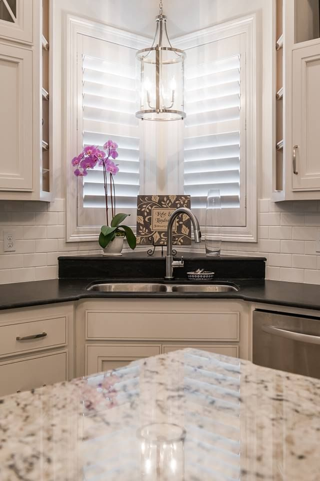 Love The Look Of This Kitchen From The Chandelier To The