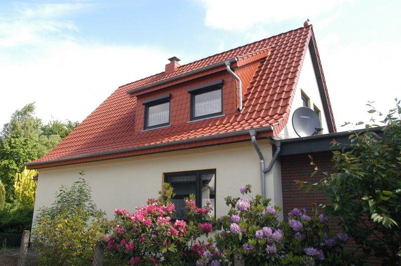 Schölne Blumenbüsche vorm Haus. Steildacheindeckung der Firma Groeber-Dach in Delmenhorst (27751)   Dachdecker.com