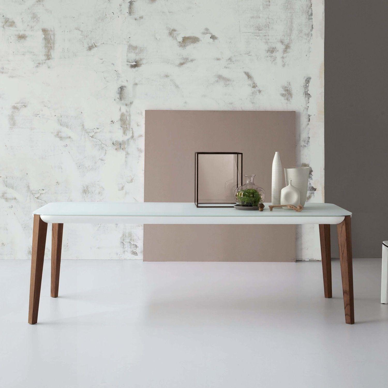Tavolo con piano in cristallo e gambe in legno Match